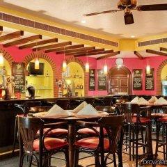 Отель Radisson Blu Hotel & Resort ОАЭ, Эль-Айн - отзывы, цены и фото номеров - забронировать отель Radisson Blu Hotel & Resort онлайн гостиничный бар