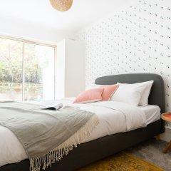 Отель The Kensington Grove - Stylish 2bdr Flat With Private Patio Лондон комната для гостей