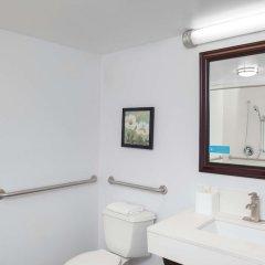 Отель Hampton Inn Newark Airport США, Элизабет - отзывы, цены и фото номеров - забронировать отель Hampton Inn Newark Airport онлайн ванная