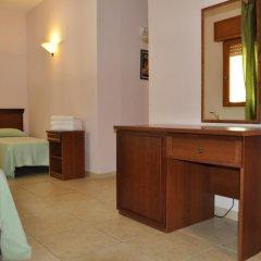 Отель Relais Casina Dei Cari Пресичче сейф в номере