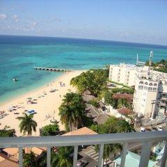 Отель Cool Breeze Beach Studio Ямайка, Монтего-Бей - отзывы, цены и фото номеров - забронировать отель Cool Breeze Beach Studio онлайн балкон