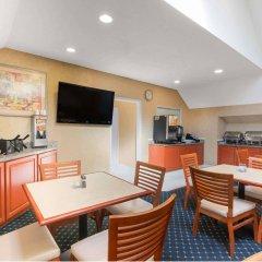 Отель Hawthorn Suites By Wyndham Airport Columbus East Колумбус питание