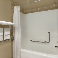 Отель Colonial Square Inn & Suites ванная фото 2
