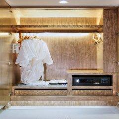 Отель Citrus Sukhumvit 13 by Compass Hospitality сейф в номере