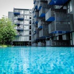 Отель The Deck Condo Patong бассейн