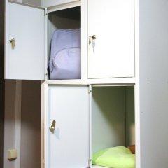 Lucky People Hostel сейф в номере
