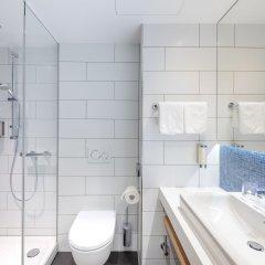 Отель Holiday Inn Express Berlin - Alexanderplatz Германия, Берлин - 3 отзыва об отеле, цены и фото номеров - забронировать отель Holiday Inn Express Berlin - Alexanderplatz онлайн ванная фото 2