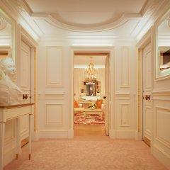 Отель Le Meurice Dorchester Collection Париж в номере