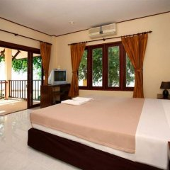 Отель Sarocha Villa сейф в номере