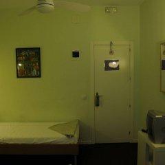 Отель Hostal Pizarro сейф в номере