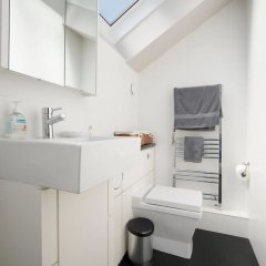 Отель Chic 2 Bedroom Garden House in Dalston ванная