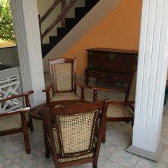 Отель Main Reef Guest House Хиккадува комната для гостей