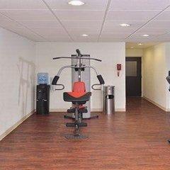 Отель Comfort Suites East фитнесс-зал фото 4