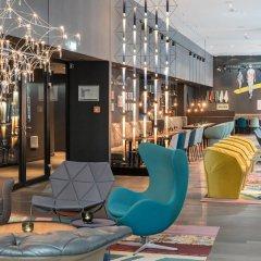 Отель Motel One Berlin-Alexanderplatz Германия, Берлин - 1 отзыв об отеле, цены и фото номеров - забронировать отель Motel One Berlin-Alexanderplatz онлайн интерьер отеля фото 2