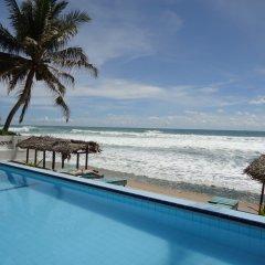Отель Nippon Villa Beach Resort Хиккадува бассейн