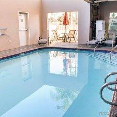 Отель Comfort Inn And Suites Near Universal Studios Лос-Анджелес бассейн фото 2