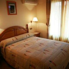 Отель Hostal Casa Santos сейф в номере