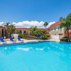 Отель Clarion Inn & Suites Clearwater бассейн