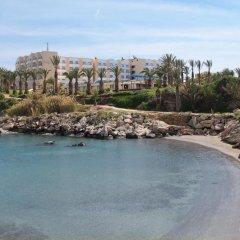 Queen's Bay Hotel пляж