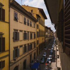 Отель Lovely 4BD Apt 3min Walk to Ponte Vecchio балкон