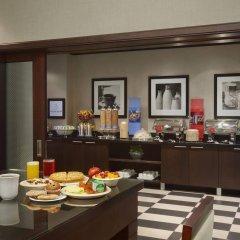 Отель Hampton Inn by Hilton Toronto Airport Corporate Centre Канада, Торонто - отзывы, цены и фото номеров - забронировать отель Hampton Inn by Hilton Toronto Airport Corporate Centre онлайн питание