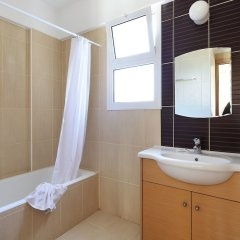 Отель Adamou Gardens ванная фото 2
