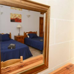 Отель Gozo Houses of Character сейф в номере
