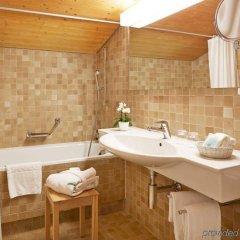 Отель Gstaaderhof Swiss Quality Hotel Швейцария, Гштад - отзывы, цены и фото номеров - забронировать отель Gstaaderhof Swiss Quality Hotel онлайн ванная