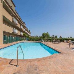 Отель Travelodge by Wyndham Sylmar CA США, Лос-Анджелес - отзывы, цены и фото номеров - забронировать отель Travelodge by Wyndham Sylmar CA онлайн бассейн