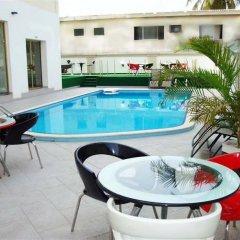 Chesney Hotel бассейн