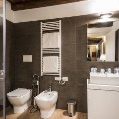Отель Myplace - Piazze di Padova Duplex Apartment Via dei Da Carrara Италия, Падуя - отзывы, цены и фото номеров - забронировать отель Myplace - Piazze di Padova Duplex Apartment Via dei Da Carrara онлайн ванная фото 2