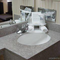 Отель Holiday Inn Express Kennedy Airport США, Нью-Йорк - 2 отзыва об отеле, цены и фото номеров - забронировать отель Holiday Inn Express Kennedy Airport онлайн ванная