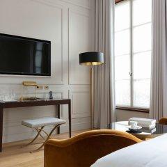 Отель Les Jardins du Faubourg сейф в номере