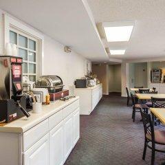 Отель Rodeway Inn And Suites On The River Чероки гостиничный бар