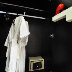 Отель Red Duck Guesthouse сейф в номере