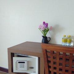 Отель Baan Wanchart Bangkok Residences Бангкок сейф в номере