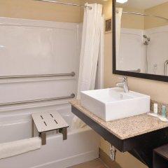 Отель Comfort Suites East ванная