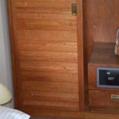 Отель Maakanaa Lodge сейф в номере