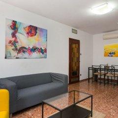 Отель Spacious & Quiet 4 Bedroom Apartment Испания, Барселона - отзывы, цены и фото номеров - забронировать отель Spacious & Quiet 4 Bedroom Apartment онлайн комната для гостей фото 5