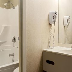 Отель Days Inn by Wyndham Trois-Rivieres ванная фото 2