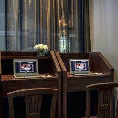 Отель Muse Bangkok Langsuan - Mgallery Collection Бангкок сейф в номере