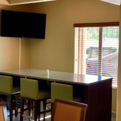 Отель Country Inn & Suites by Radisson, Midway, FL в номере