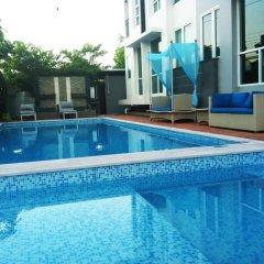 Отель Crystal Suites Suvarnabhumi Airport Бангкок бассейн