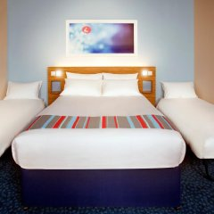 Travelodge London Central City Road Hotel Стандартный семейный номер с двуспальной кроватью