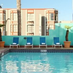 Отель Carriage Inn бассейн