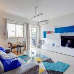 Апартаменты Centric and Spacious Apartment With Wifi and Balcony Гзира комната для гостей