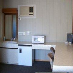 Отель Country Home Motor Inn сейф в номере