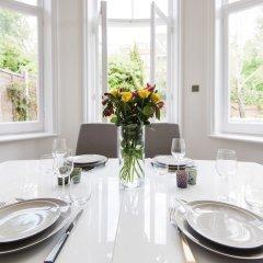 Отель Luxurious Hampstead Home with Gorgeous Garden питание