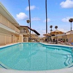 Отель Super 8 by Wyndham Los Angeles-Culver City Area бассейн