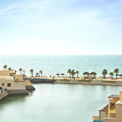 Отель The Cove Rotana Resort пляж